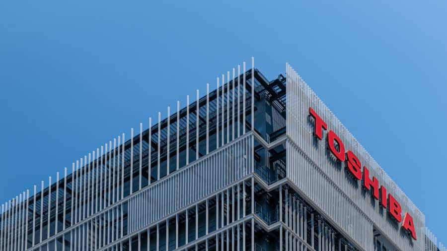 After 35 years in the laptop industry, Toshiba finally exits the stage by transferring its last shares in its PC division to Sharp.